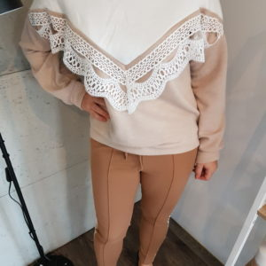 Sweter z aplikacją Cream Triangle with Lace
